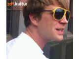 """Bild: Moderator Lukas Koch führt durch die ZDF Kultur-Sendung """"Die Pixelnmacher""""."""