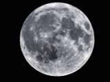 Bild: Neue Gesteinsanalysen legen nahe, dass der Mond deutlich jünger ist als bisher gedacht.