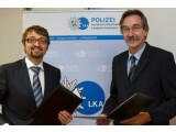 Bild: Oliver Tuszik, Mitglied des BITKOM-Präsidiums und Wolfgang Gatzke, Direktor des LKA Düsseldorf unterzeichneten die Kooperationsvereinbarung.