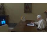 Bild: Der Papst hat mit einem Tablet-PC den Lichterbaum in Gubbio eingeschaltet.