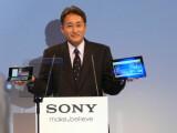 Bild: Sonys mächtiger Manager Kazuo Hirai mit den beiden Tablets des Unternehmens.