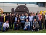 Bild: Steve Wozniak posiert mit Android-Männchen und Galaxy Nexus vor dem Google-Hauptquartier.