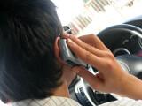 Bild: Während dem Fahren zu telefonieren, wird offenbar teurer.