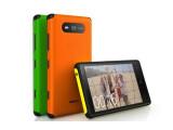 """Bild: Das """"Active""""-Wechselcover schützt das Lumia 820 vor Schäden."""