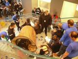 Bild: Aktivisten der Occupy-Bewegung haben den Hamburger Apple-Store am Jungfernstieg am Wochenende vorübergehend besetzt.