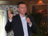 Bild: André Lönne von HTC enthüllte mit dem HTC One XL in Rust das neueste Mitglied der HTC One-Familie.