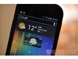 Bild: Ein Android-Handy, das das Wetter von zwei Städten gleichzeitig anzeigt.