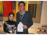 Bild: Die beiden Gründer Kristin Raffone-Vasquez und Anthony Sutera präsentieren ihre aufsprühbare Antenne.