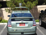 Bild: Die fahrerlosen Google-Autos erhalten rote Kennzeichen mit einem Unendlichkeitssysmbol.