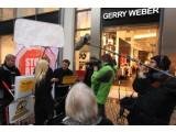 Bild: Der FoeBuD machte in Bielefeld auf die RFID-Chips in der Gerry Weber-Kleidung aufmerksam.