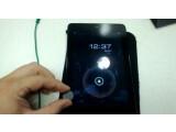 Bild: Genau wie Apples Smart Cover: Ein YouTube-Nutzer demonstriert die automatische Bildschirmabschaltung des Google Nexus 7 mit Hilfe eines Magneten