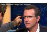 Bild: Google Mitgründer Sergey Brin lässt den Moderator Gavin Newsom den Prototypen seiner Google Glasses testen.