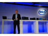 Bild: Intel auf der IFA 2012: Im Hintergrund aktuelle Ultrabook- und Hybrid-Modelle. Im Vordergrund: Hans Jürgen Werner von Intel.