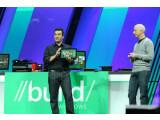 Bild: Microsofts Michael Angiulo (links) zeigte auf der Entwicklerkonferenz Build ein erstes Windows 8-Tablet. Gerüchten zufolge soll Microsoft nun einen eigenen Tablet-PC entwickeln.