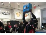 Bild: Nintendo-Fan TriForce ist der erste, der die neue Konsole in den Händen hält.