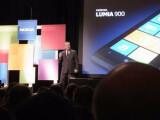 Bild: Mit dem Nokia Lumia 900 meldet sich der finnische Handy-Herstleller Nokia auf dem US-Markt zurück - gegenüber dem in Europa bereits erhältlichen Lumia 800 bietet das Modell aber wenig Neuerungen.