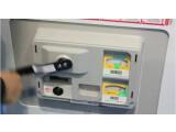 Bild: Per Handkurbel lässt sich dieser japanische Getränkeautomat auch ohne Stromversorgung kurz betreiben.