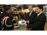 Bild: TriForce erhält als erster Mensch in New York den Nintendo 3DS von Reggie Fils Aime.