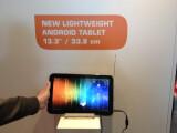 Bild: Ungewöhnliches Format: Toshiba präsentiert ein 13,3 Zoll-Tablet auf seiner Hausmesse.