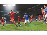 Bild: Die virtuellen Abbilder von Arjen Robben (links) und Joel Matip (Mitte) im Duell bei PES 2013. Mit Schalke 04 konnte Konami ein weiteres deutsches Team verpflichten.