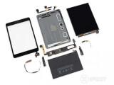 Bild: Das Apple iPad mini 2 entblößt. iFixit bewertet das Tablet als praktisch unreparierbar.
