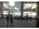 Bild: Apple Store am Jungfernstieg in Hamburg. Apple-Fans warten hier bereits seit Tagen auf den Verkaufsstart des iPhone 5s und des iPhone 5c.