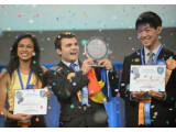 Bild: Eesha Khare (links) mit den weiteren Preisträgern Ionut Budisteanu (Mitte) und Henry Lin (rechts).