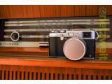 Bild: Die Fujifilm X100s ist eine moderne digitale Kompaktkamera im Gewand einer Sucherkamera der 1950er Jahre.