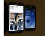 Bild: Das Galaxy S4 Mini (rechts) soll ein 4,3 Zoll großes Display bieten.