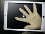 Bild: Handelt es sich hierbei um die Front des iPad 5? Der Größenvergleich zur Hand legt dies nahe.