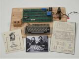 Bild: Aus Holz aber höchst wertvoll: Ein Apple 1 aus den Anfangsjahren der Apple-Firmengeschichte erzielte bei einer Auktion in New York einen Preis von über 380.000 Euro.
