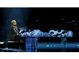 Bild: Sir Elton John gibt ein weltweites Live-Konzert.