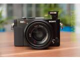 Bild: Die Sony Cyber-shot DSC-RX1R ist eine Kompaktkamera mit Vollformat-Sensor und lichtstarker Festbrennweite. Im Gegensatz zum Schwestermodell RX1 besitzt die RX1R keinen Tiefpassfilter, was die Auflösung im Vergleich nochmals steigert.
