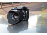 Bild: Sonys Einstiegmodell ins E-System: die Alpha 3000 sieht aus wie eine DSLR ist aber eine Systemkamera.