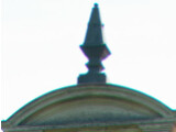 Bild: Der Übergang von der Dachgaube zum hellen Hintergrund zeigt in der vergrößerten Ansicht violette und grüne Farbsäume.