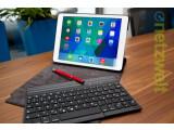 Bild: Die beleuchtete Bluetooth-Tastatur haftet magnetisch an der Hülle und kann auch ganz abgenommen werden.