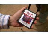 Bild: Den Beweis in den Händen: Die E.T.-Spiele wurden tatsächlich von Atari in der Wüste von New Mexico vergraben.