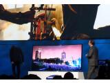"""Bild: """"Ducken und nichts wie weg"""" - Hollywood-Regisseru Michael Bay (links) verließ auf der CES-Pressekonferenz von Samsung fluchtartig die Bühne. Samsung-Manager Joe Stinziano blieb verdutzt zurück."""