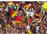 Bild: Fans am Brandenburger Tor feiern den WM-Titel und  freuen sich auf die deutsche Nationalmannschaft.