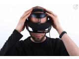 Bild: Kopfkratzen kommt vor Kopfkino - bis die Sony-Videobrille richtig auf dem Kopf sitzt, vergeht einige Zeit.