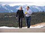 Bild: Microsoft-Chef Satya Nadella (links) begrüßt die Handy-Sparte von Nokia im Unternehmen. An seiner Seite Ex-Nokia-Chef Stephen Elop. Er verantowrtet bei Microsoft nun den Hardware-Bereich.