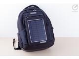 Bild: Mobiles Kraftwerk: Wer diesen Rucksack trägt, produziert den Strom fürs Handy einfach selbst.