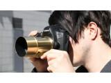 Bild: Mit dem Petzval-Objektiv an einer digitalen Kamera fällt man in der Öffentlichkeit definitiv auf. Grund ist das Äußere, das sich sehr genau an dem alten Modell orientiert. Das Gehäuse der Kickstarter-Edition ist vergoldet, bis hin zum Objektiv-Deckel