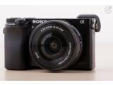 Bild: Die Sony Alpha 6000 ist die Nachfolgerin der NEX-6. Die systemkamera mit APS-C-Sensor muss sich im Test beweisen.