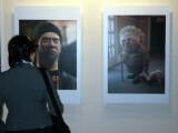 """Bild: Eine Besucherin in der Ausstellung """"Digial Beautys"""""""