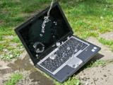 Bild: Selbst ein kräftiger Schluck Wasser machtdem Outdoor-Notebook nichts aus.