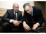 Bild: Tim Cranton (rechts), Direktor des Internet Safety Enforcement Team bei Microsoft, demonstriert COFEE (Computer Online Forensic Evidence Extractor), für Jean-Michel Louboutin von Interpol (links) auf der Law Enforcement Technology 2008-Konferenz.