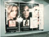 Bild: Dieses Werbeplakat in der Berliner U-Bahn machten Unbekannte zu einer Arbeitsfläche des Bildbearbeitungsprogramms Photoshop.