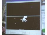 Bild: Sicht der Kameras von unten auf die Hand: Die zwei Kameras erfassen die einzelnen Finger des Benutzers.