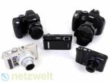 Bild: Hinten: Fujifilm Finepix S2000HD und Canon Powershot SX1 IS; Mitte: Sony Cybershot T500; Vorne: Panasonic Lumix DMC LX 3, Samsung NV100HD.